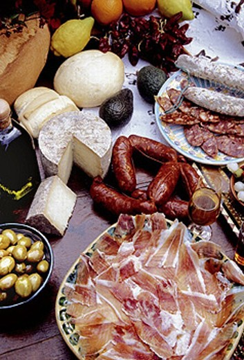 Food, goodies from Spain: ´jamon´ (ham), ´chorizo´ (red saussages), sherry wine, olive oil, olives, ´Manchego´ cheese, oranges,..... Spain. : Stock Photo