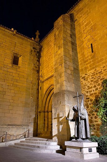 Stock Photo: 1566-278913 St. John´s parish church (13th-17th century) and monument to the penitents in San Juan Square, Cáceres. Extremadura, Spain