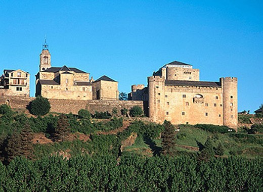 Romanesque church of Nuestra Señora del Azogue and castle, Puebla de Sanabria. Zamora province, Castilla-León, Spain : Stock Photo