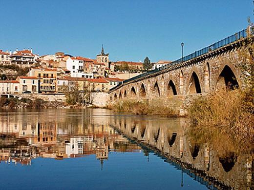 Stock Photo: 1566-287980 Stone bridge over Duero river. Zamora. Spain.