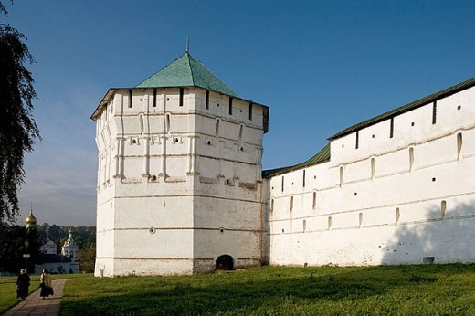 Fortification wall and Pyatnitskaya tower (1640) of the Holy Trinity-St. Sergius Lavra (monastery), Sergiyev Posad. Golden Ring, Russia : Stock Photo