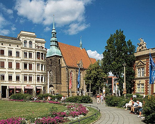 Post Square with buildings from the period of industrial expansion in Germany from 1871 on and Frauen Church in Görlitz. The Frauen Church was built in the Late Gothic style between 1459 to 1486. Görlitz, Saxony, Germany : Stock Photo