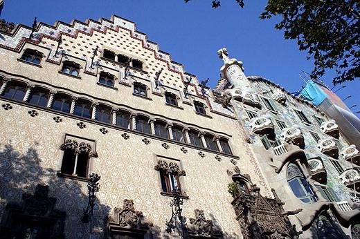 Casa Amatller by Josep Puig i Cadafalch (left) and Casa Batlló by Gaudí (right). Barcelona, Spain : Stock Photo