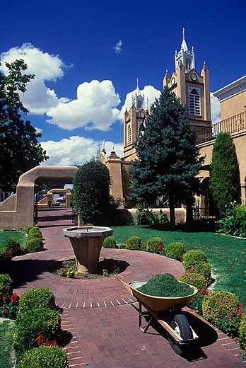 Garden, Church of san filipe de neri, Albuquerque, New mexico, USA. : Stock Photo