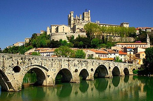 Pont Vieux and St-Nazaire cathedral (XIVth century). Béziers.Languedoc-Roussillon.Francia. : Stock Photo