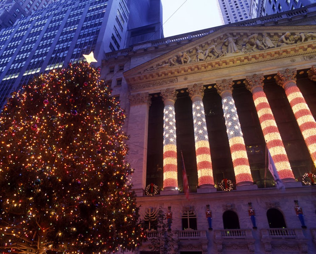 Stock Photo: 1566-342133 Christmas tree, Wall Street stock exchange, Manhattan, New York, USA.
