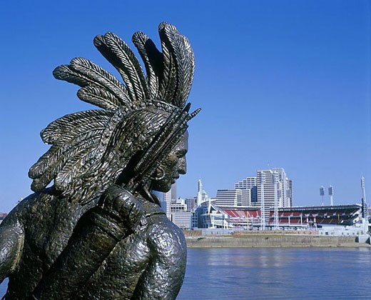 Downtown skyline cincinnati, from chief little turtle statue, Covington, Kentucky, USA. : Stock Photo