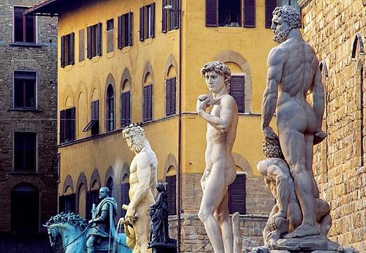 Stock Photo: 1566-344753 Statues in front of Palazzo Vecchio, Piazza della Signoria: ´Il Biancone´ statue of Neptune by Bartolomeo Ammannati, Michelangelo´s ´David´ and ´Hercules and Cacus´ sculptute by Baccio Bandinelli at fore. Florence, Tuscany, Italy
