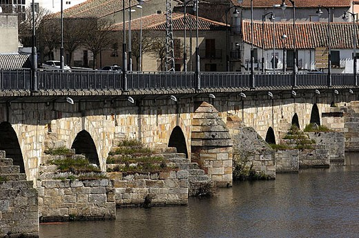 Stock Photo: 1566-350616 Medieval Bridge, Alba de Tormes. Salamanca province, Castilla-León, Spain