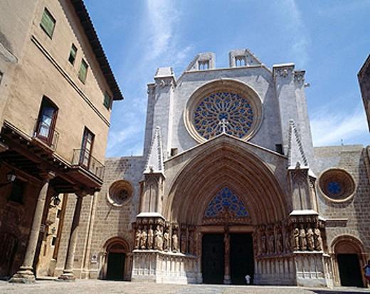 Gothic façade with sculptured work of Mestre Bartomeu. Cathedral of Santa Maria. Tarragona. Catalonia. Spain : Stock Photo