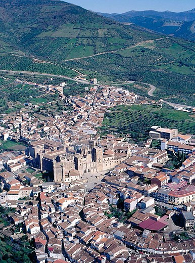 Stock Photo: 1566-356448 Panorama of the city and monastery. Guadalupe. Spain