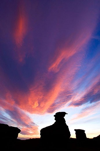 Sunset skies over sandstone hoodoos : Stock Photo