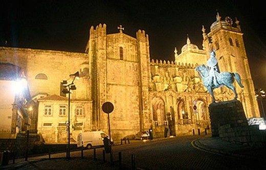 Stock Photo: 1566-357779 Sé Cathedral and Vimara Pérez statue, Porto. Portugal
