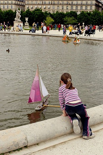 Stock Photo: 1566-359819 Sailing miniture boats in Jardin des Tulleries in Paris. Sunday afternoon is a popular leisure time for parisian families. 2005. Paris. France.