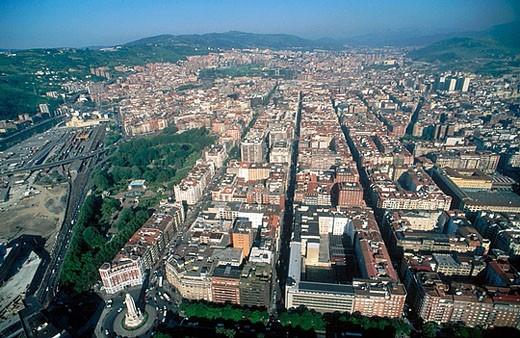Sagrado Corazón, Gran Via. Doña Casilda Park on the left. Bilbao. Vizcaya. Euskadi. Spain. : Stock Photo