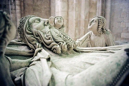 Monumental Cistercian Abbey of Santa Maria, founded in 1152 (classified in UNESCO´s International Heritage list). Inside: Gothic tombs of King Pedro I and Ines de Castro. Alcobaça. Center region. Portugal : Stock Photo