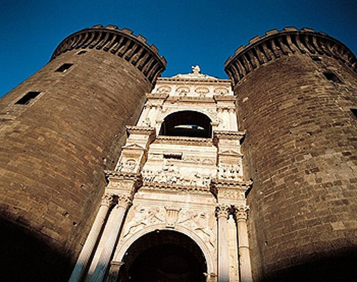 Castel Nuovo: triumphal arch bearing arms of Aragon added to the main gate to celebrate Alfonso of Aragon entrance in Naples. Italy : Stock Photo