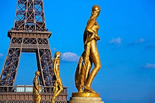 Stock Photo: 1566-389510 Eiffel tower, view from Palais Chaillot, Trocadéro, columns and statue, Paris. France