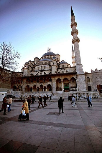Turkey, Istanbul. Yeni Cami (New Mosque / 1597-1663) located on Eminönü area, close to the historical city center of Sultanhamet. : Stock Photo