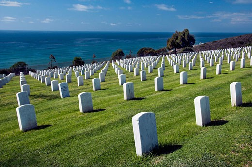 The rows of crosses in Fort Rosencrans National Cemetery on Point Loma near San Diego, California, USA. : Stock Photo