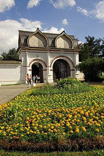 Stock Photo: 1566-398561 Russia. Moscow. Kolomenskoe Museum-Reserve. Savior Gate and flowers.