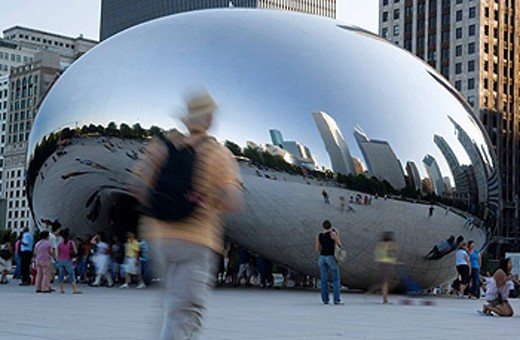 Cloud Gate at Millenium Park and downtown skyline, Chicago. Illinois, USA : Stock Photo