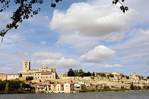 Zamora romanesque cathedral (12th century) and Douro river, Via de la Plata, Zamora province, Castilla y León, Spain : Stock Photo