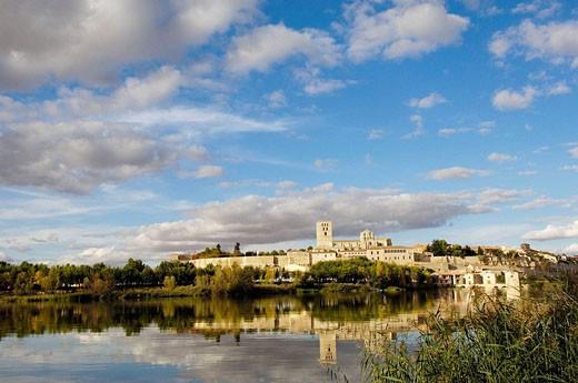 Stock Photo: 1566-415516 Zamora romanesque cathedral (12th century) and Douro river, Via de la Plata, Zamora province, Castilla y León, Spain