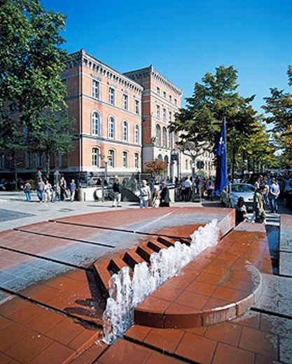 Germany, Duisburg, Rhine, Ruhr area, North Rhine-Westphalia, district court, neorenaissance, brick building, King Street, King Henry Square, people in the pedestrian mall, well, spring, fountain : Stock Photo