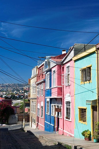 BRIGHTLY COLOURED HOUSES SAN ENRIQUE, CERRO ALEGRE VALPARAISO CHILE : Stock Photo