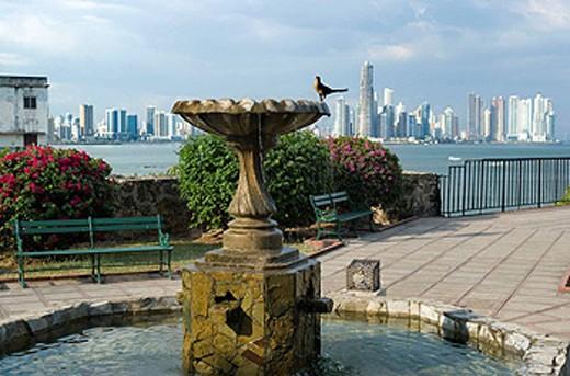 FOUNTAIN SKYLINE, WATERFRONT PARK CASCO ANTIGUO SAN FILIPE PANAMA CITY REPUBLIC OF PANAMA : Stock Photo