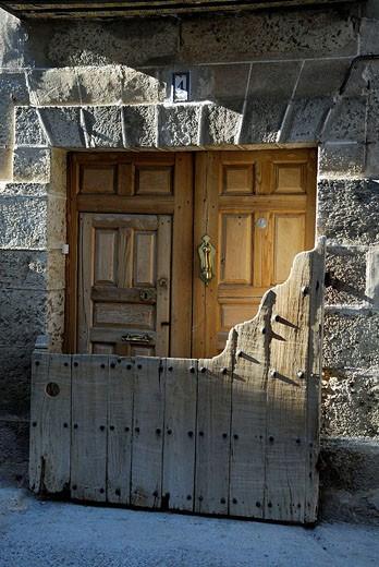 Old door, Candelario. Salamanca province, Castilla-Leon, Spain : Stock Photo