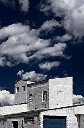 Stock Photo: 1566-443685 Almacén de una fábrica en blanco y azul.