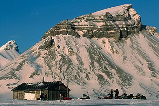 Hunters´ cabin skidoos outside Ny Alesund to Longyearbyen traverse Spitsbergen Island Svalbard Norwegian Arctic : Stock Photo