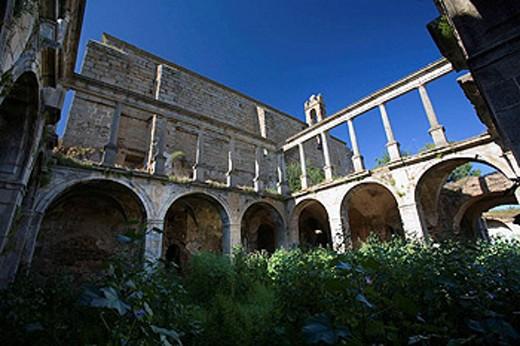 Cloister, ruins of convent of San Antonio de Padua, Garrovillas de Alconetar. Caceres province, Extremadura, Spain : Stock Photo
