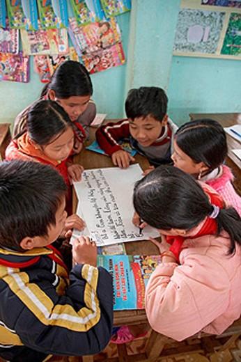 Stock Photo: 1566-461719 Vietnam  Mine risk education program