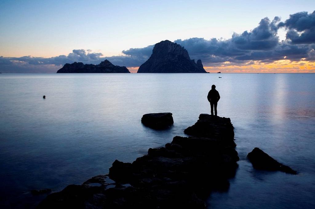 Persona en Cala d´Hort al atardecer. Ibiza, Baleares, España. : Stock Photo