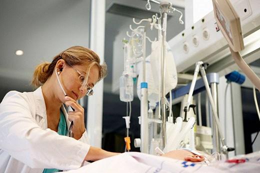 Doctor, Resuscitation unit. Hospital Universitario de Gran Canaria Doctor Negrin, Las Palmas de Gran Canaria. Canary Islands, Spain : Stock Photo
