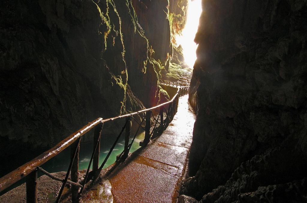 Piedra River  Cave Iris inside the ´Cola de Caballo Waterfall´ at Monasterio de Piedra  Nuevalos  Zaragoza province  Aragon  Spain : Stock Photo