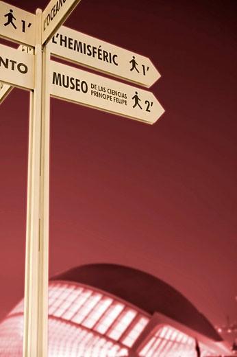 Toma nocturna de poste con señalética de orientación en La Ciudad de Las Ciencias, Valencia, Comunidad Valenciana. España. : Stock Photo