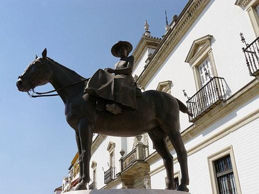 Sevilla (España). Estatua ecuestre de SAR Doña María de la Mercedes de Borbón y Orleans (Condesa de Barcelona), junto a la Real Maestranza de Sevilla. : Stock Photo
