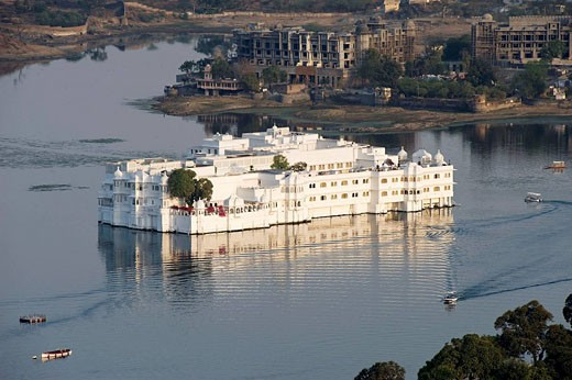 Stock Photo: 1566-486175 Lake Pichola and Lake Palace Hotel, former Jag Niwas Palace, Udaipur, Rajasthan, India Lac Pichola et Lake Palace Hotel, ancien Palais du Jag Niwas, Udaipur, Rajasthan, Inde