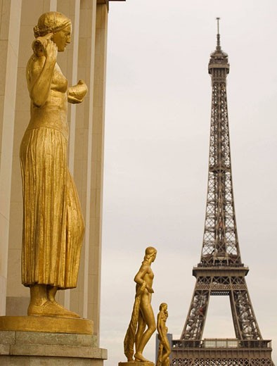 Statue and Eiffel tower, view from Palais Chaillot, Trocadéro, Paris  France : Stock Photo