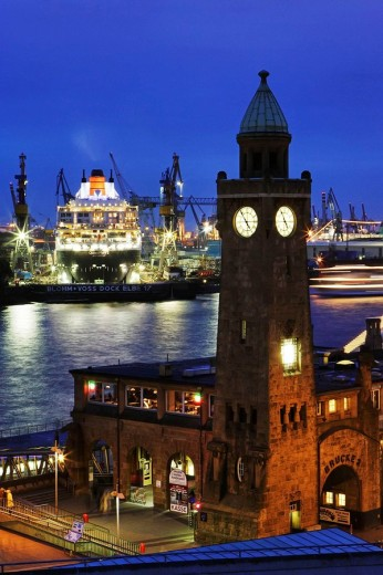 Stock Photo: 1566-498403 Queen Mary 2 in the port of Hamburg, Germany