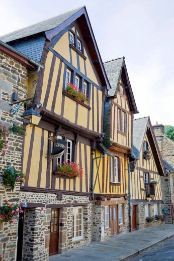 Half-timbered houses (16th century) in Place Marchix, Fougères. Ille-et-Vilaine, Bretagne, France : Stock Photo