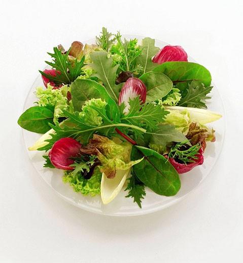 Plato ensalada cenital sobre blancoZenithal salad on white platter : Stock Photo