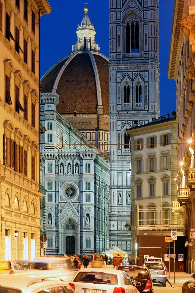 Stock Photo: 1566-512093 Duomo, Cathedral Santa Maria del Fiore and Campanile di Giotto seen from the street with people walking and cars parked at streetsite and at the night with streetlights on, Florence, Tuscany, Italy, Southern Europe