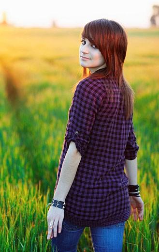 Adolescente en el campo, Sevilla, Andalucía, España, Europa. : Stock Photo