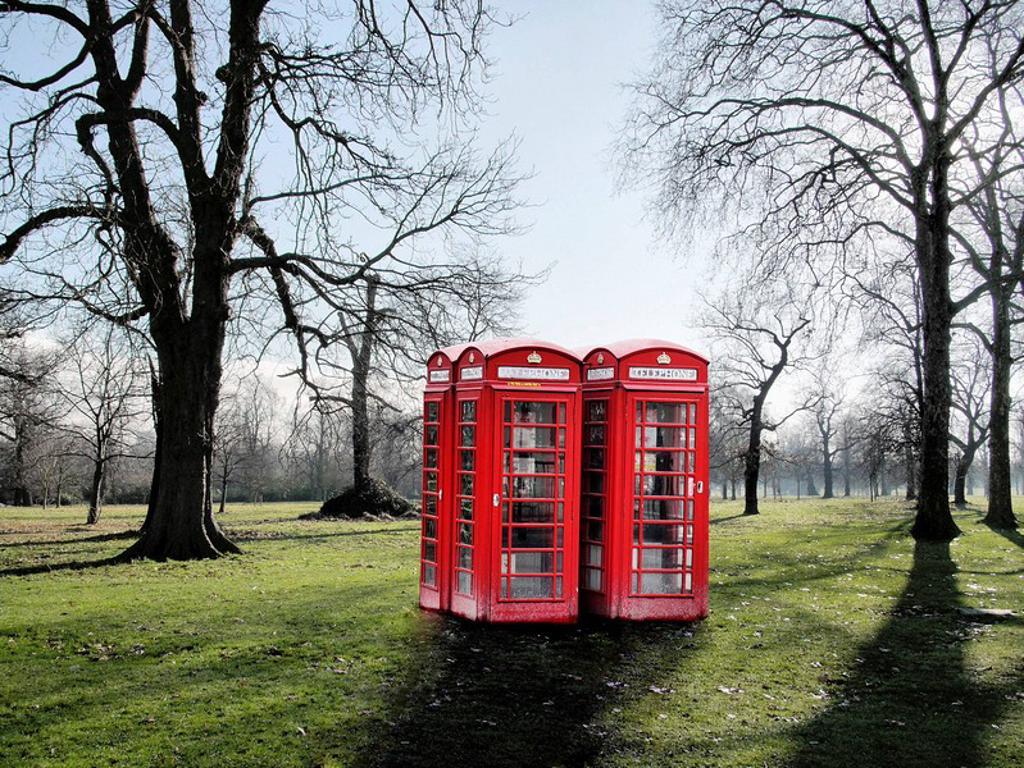 Montaje con Photoshop de Típicas cabinas inglesas, colocadas en Kengsinton Garden. : Stock Photo