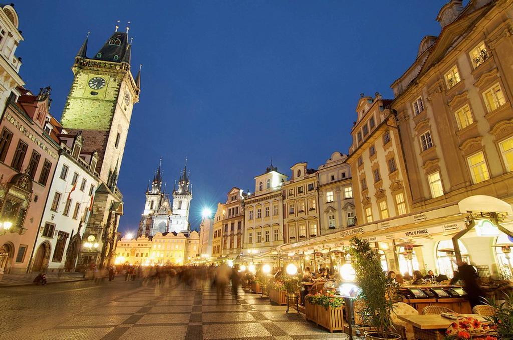 Iglesia de Tyn y torre del ayuntamiento en Plaza de la Ciudad Vieja; Praga; Republica Checa : Stock Photo